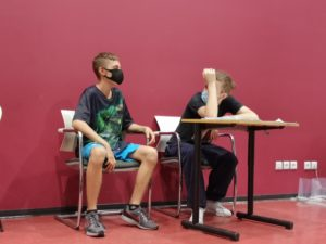 Stéphane élève de seconde plasturgie joue une discution avec un camarade sur la motivation scolaire
